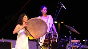Percussionista Tambourine Player Burcu Yankin vídeos de arquivo