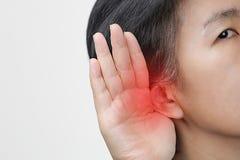 Perda da audição envelhecida meio da mulher, com deficiência auditiva foto de stock royalty free