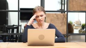 Perda de negócio para a menina que trabalha no portátil, Front View Fotografia de Stock Royalty Free
