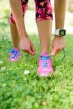 Perda de peso - corredor que amarra laços com smartwatch fotografia de stock