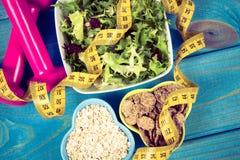 perda de peso e conceito da desintoxicação Faça dieta o plano, a fita métrica, os pesos e o alimento da dieta no fundo azul Fotografia de Stock Royalty Free