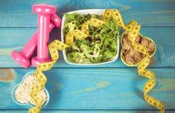 perda de peso e conceito da desintoxicação Faça dieta o plano, a fita métrica, os pesos e o alimento da dieta no fundo azul Imagem de Stock