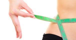 Perda de peso. Fita de medição verde no corpo da mulher Fotos de Stock Royalty Free