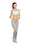 Perda de peso, menina dos esportes que mede sua cintura Foto de Stock Royalty Free