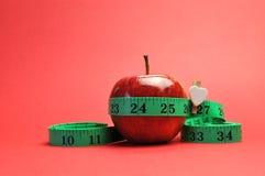 Perda de peso que slimming o conceito da dieta - vertical no fundo vermelho. Foto de Stock