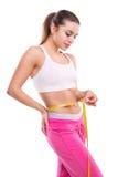 Perda do peso - o corpo da mulher bonita de medição fotografia de stock royalty free