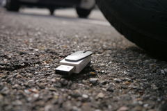 Perda dos dados, ruptura dos dados. usb dopped na rua fotos de stock