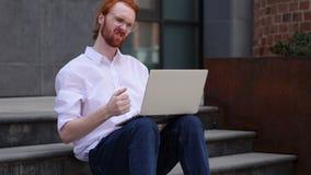 Perda, homem frustrada por resultados no portátil ao sentar-se em escadas do escritório vídeos de arquivo