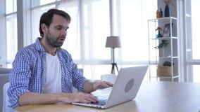 Perda, homem ocasional frustrante da barba que trabalha no portátil vídeos de arquivo