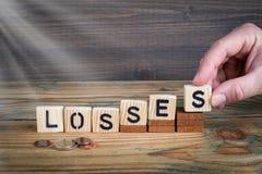 perdas Letras de madeira no fundo da mesa de escritório, o informativo e da comunicação Imagens de Stock
