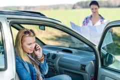 Perdido con las mujeres del coche dos llame la ayuda Fotos de archivo libres de regalías