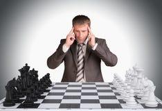 Perdido en hombre de negocios del pensamiento y tablero de ajedrez Imagen de archivo