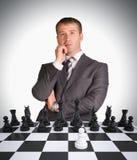 Perdido en hombre de negocios del pensamiento y tablero de ajedrez Foto de archivo