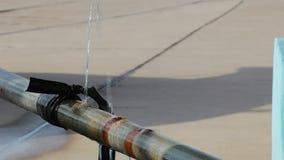 Perdita dell'acqua dal vecchio tubo di danno stock footage
