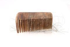 Perdita di legno di capelli e del pettine isolata Fotografia Stock