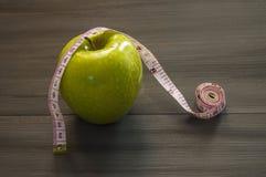 Perdita di peso, mela verde e dimagrire, perdita di peso con la mela, benefici della mela verde, perdita di peso, vita sana Immagini Stock Libere da Diritti