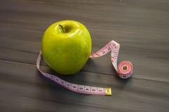 Perdita di peso, mela verde e dimagrire, perdita di peso con la mela, benefici della mela verde, perdita di peso, vita sana Fotografia Stock Libera da Diritti