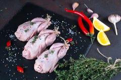 Perdizes temperados crus Ingredientes para cozinhar o jantar saudável da carne imagens de stock royalty free