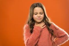 A perdu sa voix Remèdes rapides d'angine L'enfant sentent la douleur dans la gorge Souffrez du cou de douleur Orange douloureuse  photo stock