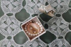 Perełkowa bransoletka, ucho pierścionki i pachnidło, Bridal jewellery Mieszkanie nieatutowy Odgórny widok obrazy stock