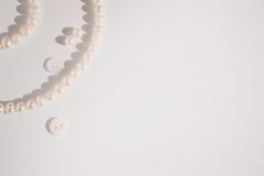 Perełkowa biżuteria na papierze z kopii przestrzenią Fotografia Royalty Free
