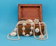 Perełkowa biżuteria w retro drewnianym pudełku na błękit obrazy royalty free