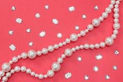Perełkowa kolia i błyszczący klejnoty na różowym tle fotografia stock