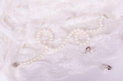 Perełkowa kolia i kolczyki na bielu zasznurowywamy płótno Zdjęcie Royalty Free