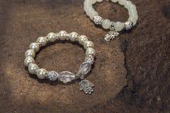 Perełkowej bransoletki obyczajowa biżuteria na drewna lub kamienia tle Fotografia Royalty Free