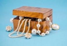Perełkowy biżuterii defocus w retro drewnianym pudełku na błękit zdjęcie stock
