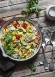Perełkowy jęczmień z sezonowymi ogrodowymi warzywami w niecce na drewnianym tle, odgórny widok Zucchini, słodkiego pieprzu, kabac Obrazy Royalty Free