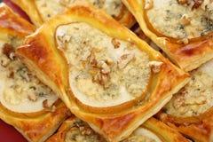 Pere al forno in pasta sfoglia con il formaggio e le noci di gorgonzola Fotografia Stock