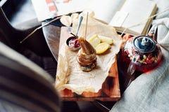 Pere arrostite con formaggio e bacon Immagini Stock Libere da Diritti