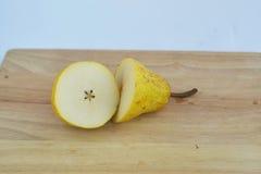 Pere, due pezzi di mezza pera tagliata Fotografie Stock