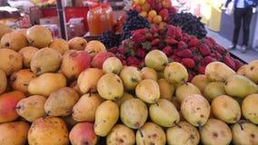 Pere e frutti al mercato stock footage