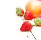 Pere e strawberrys delle mele di frutta fresca Fotografia Stock