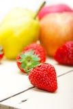 Pere e strawberrys delle mele di frutta fresca Fotografia Stock Libera da Diritti