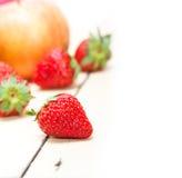 Pere e strawberrys delle mele di frutta fresca Immagini Stock Libere da Diritti