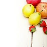 Pere e strawberrys delle mele di frutta fresca Fotografie Stock