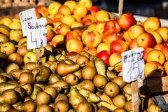 Pere fresche ad un mercato degli agricoltori in Polonia Fotografia Stock Libera da Diritti