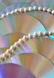 Perełkowi koraliki na purpurowym dyska tle Zdjęcia Royalty Free