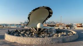 Pere?kowy i ostrygowy fontanna punktu zwrotnego zabytek na Corniche mie?cie Doha, Katar zdjęcie stock
