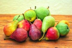 Pere mature variopinte rosse, verdi e gialle immagine stock libera da diritti