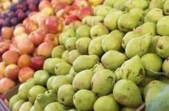 Pere, mele e prugne su esposizione ad un mercato del ` s dell'agricoltore Priorità bassa della frutta Cibo sano Raccolto di cadut Fotografia Stock