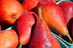Pere rosse fresche al mercato degli agricoltori Fotografia Stock Libera da Diritti