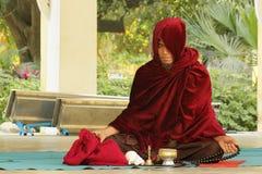Peregrinaje del budismo en Bagan imágenes de archivo libres de regalías