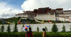 peregrinaje Potala de la gente tibetana 4k en Lasa, Tíbet vuelo hinchado blanco de la masa de la nube en cielo azul almacen de video