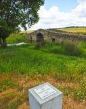 Peregrino en el puente medieval de Santiago de Bencaliz, provincia de Caceres, España Foto de archivo libre de regalías