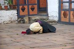 Peregrino en el templo de Jampey Lhakhang, Chhoekhor, Bhután Imagen de archivo