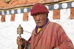 Peregrino en el templo de Jampey Lhakhang, Chhoekhor, Bhután Imágenes de archivo libres de regalías